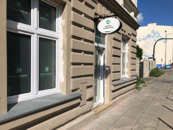 """Witryny okien centrum stomatologicznego """"klinika uśmiechu"""" oklejone techniką Lacobel i foliami typu Glass Decor"""