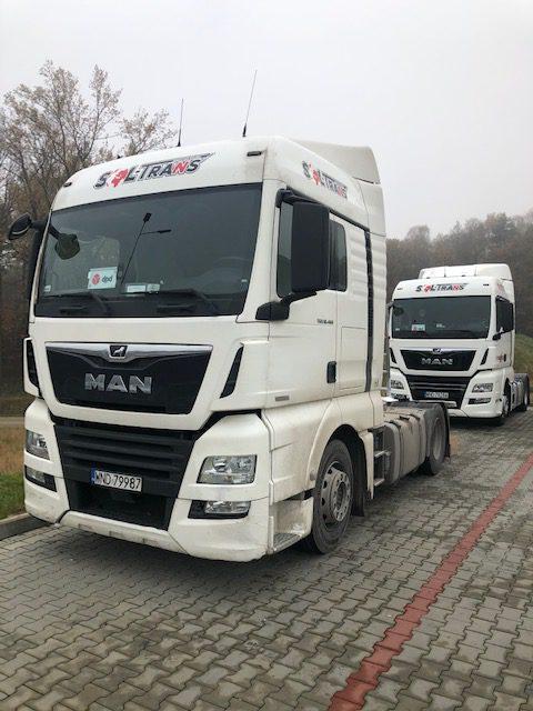 dwa samochody ciężarowe oklejone folią 3m 2080