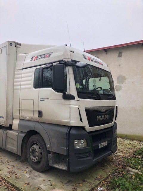 ciężarówka z logiem firmy
