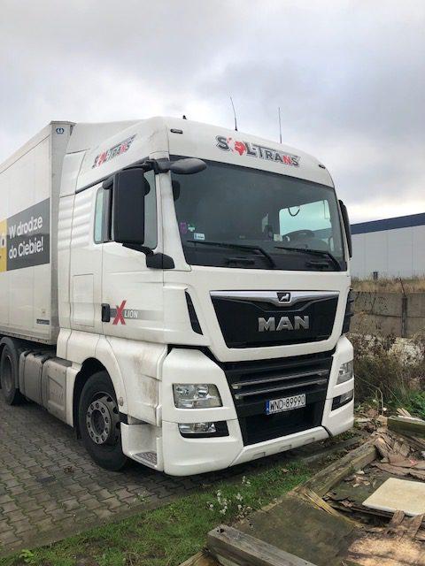 samochód ciężarowy z naklejonym logo firmy transportowej